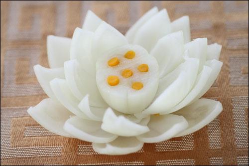Cách tỉa hành tây thành hoa sen trang trí món ăn hấp dẫn