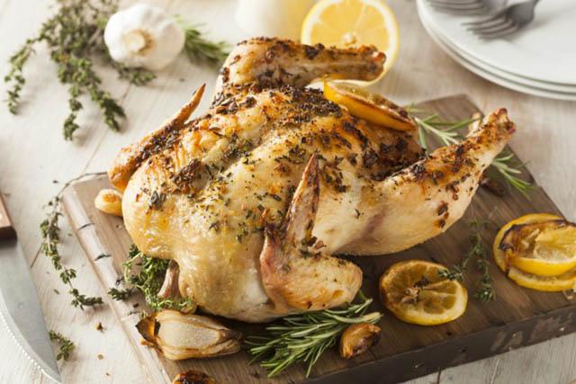 Đầu bếp nổi tiếng tiết lộ công thức làm món gà nướng hương thảo hấp dẫn