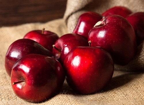 Táo và sốt táo (36 grams mỗi quả táo lớn, 46 grams mỗi cốc nước sốt táo)